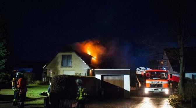 Die Flammen breiten sich auf den Dachboden aus