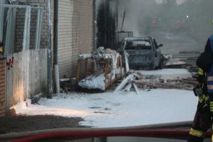 ^Ein vor der Tischlerei abgestelltes Auto wurde ebenfalls ein Raub der Flammen.