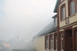Die Fenser einiger angrenzender Häuser sind gesprungen.