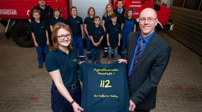 Jugendfeuerwehr Hanstedt erhält neue Polo-Shirts