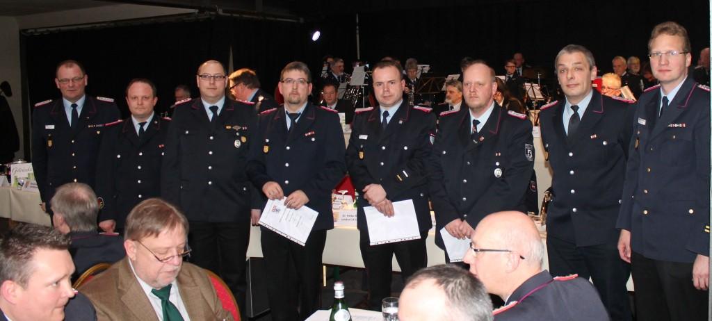Die Beförderten auf der Dienstversammlung der Uelzener Kreisfeuerwehr.