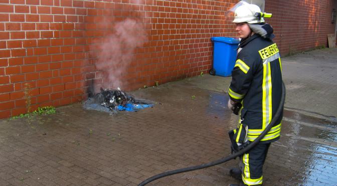 Ebstorfer Brandschützer rücken zum Mülltonnenbrand aus
