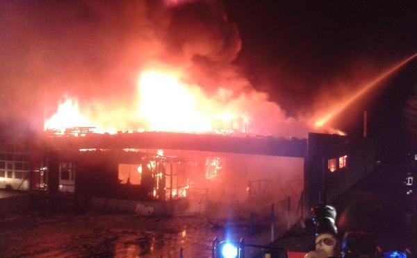 Großfeuer vernichtet Lagerhalle einer Mineralölgesellschaft