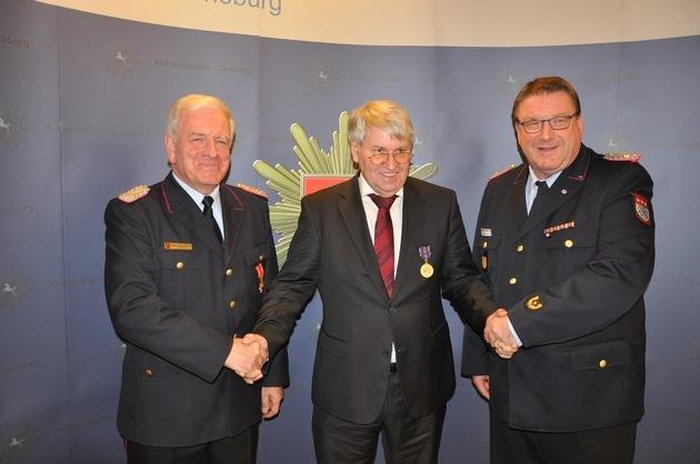 Polizeipräsident Friedrich Niehörster (mi.) gratuliert und dankt dem scheidenden Regierungsbrandmeister Uwe Schulz (li.) und dem zukünftigen Regierungsbrandmeister Dieter Ruschenbusch (re.)