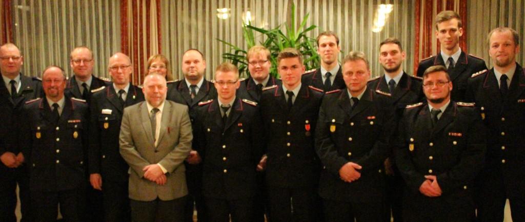 Das Foto zeigt alle Gewählten und Beförderten sowie folgende Gäste: Stellv. KBM H. Rüger, GemBM W. Ripke, OrtsBM H.-J. Lehmann, Stellv. OrtsBM H. Meyer, Bgm. H. Kalinowski und Stellv. SG-Bgm. A. Niemann