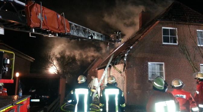 Mülltonnenbrand greift auf Dachstuhl eines Einfamilienhauses über