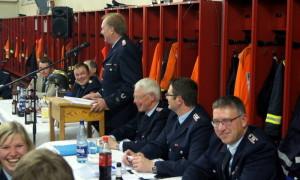 Gut besucht war die traditionelle 2.Jahreshauptversammlung der Feuerwehr Rosche-Prielip, die Wehrchef Gerhard Schulze (am Rednerpult) gewohnt zügig und kurzweilig leitete.