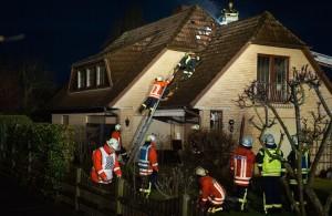 Aufnehmen der Dachpfannen auf der Gebäuderückseite