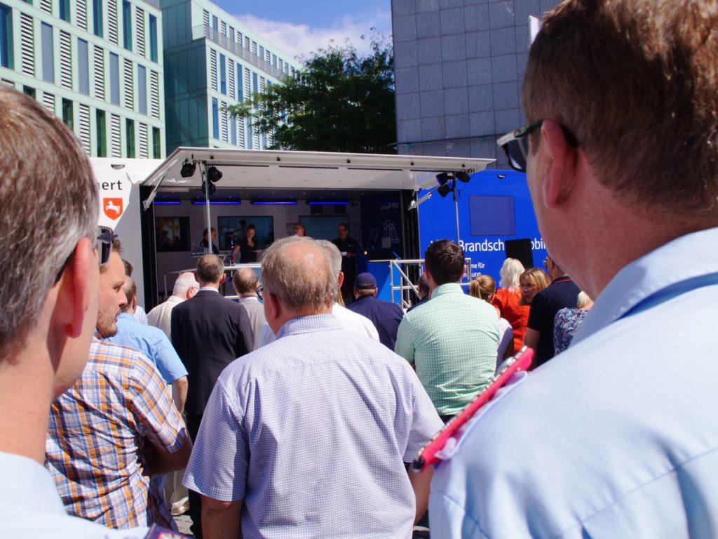 Dicht gedrängt standen die anwesenden VGH-Mitarbeiter, die Vertreter der Feuerwehren sowie die vielen weiteren Gäste vor dem neuen VGH-Brandschutzmobil bei der ofiiziellen Übergabe an den LFV-NDS. (Foto: LFV-NDS Rebmann)