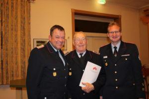 Gerhard Schäfer (mitte, seit 60 Jahren Mitglied der Feuerwehr) mit GemBM Henning Räthke und Stellv. KBM Andre Pieper