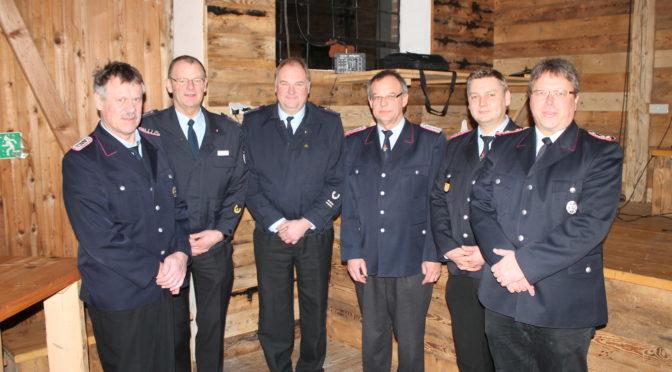 Feuerwehrführung mit Geehrten und Gästen (von links): Dirk Niemann, Helmut Rüger, Gerhard Schulze, Berthelm Kutschki, Jan Paulmann und Christoph Kruppke.