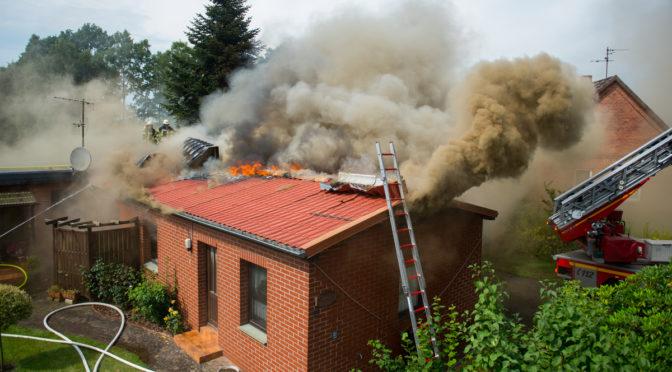 Großfeuer legt Wohnhaus in Schutt und Asche