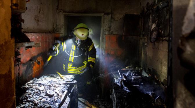 Schreck in den Abendstunden: Küchenbrand schlägt auf Dachgeschoss über