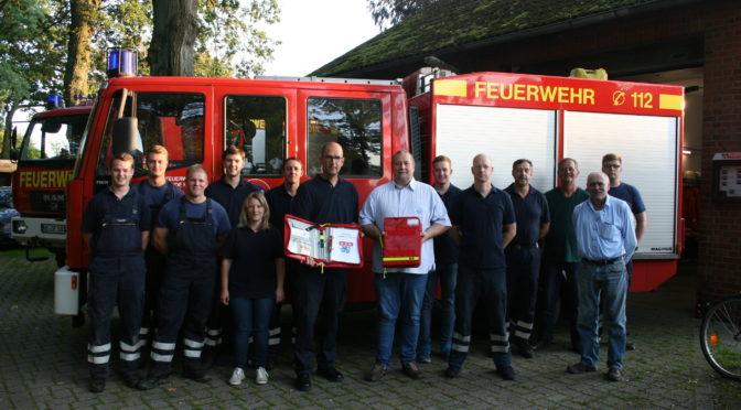 Übergabe von 2 Einsatzmappen an der Freiwillige Feuerwehr Oetzen.
