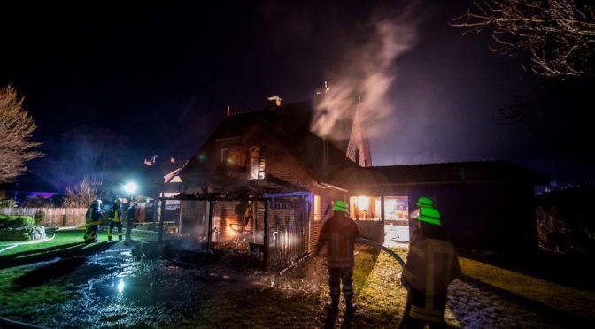 Holthusen I: Feuerwehren retten Wohnhaus –  Schuppen durch Vollbrand zerstört