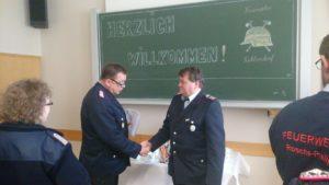 GemBM Henning Räthke ehrt den 1. Hauptfeuerwehrmann Andreas Ludolphs mit der FUK Ehrennadel in Gold