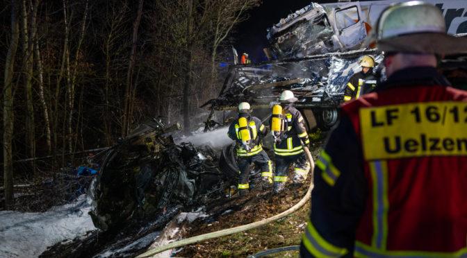 Nächtlicher Verkehrsunfall ruft Rettungskräfte auf den Plan